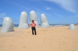 La Mano en la Arena, die Hand im Sand, in Punta del Este