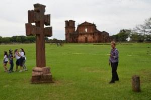Jesuiten-Mission São Miguel. Hildegard vor Missionskreuz und Kirchenruine