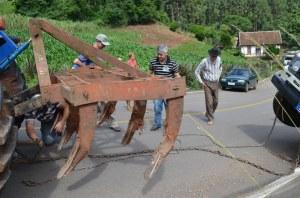 Zwei Eisenketten werden an Leoni befestigt.