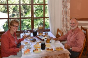 Unglaubliches Speisen-Sortiment in typischem Café Colonial
