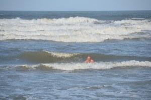 In den Wellen am Strand von Praia do Rosa
