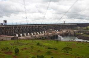Das Wasserkraftwerk von Itaipu auf der Grenze von Brasilien und Paraguay