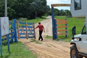 Hildegard öffnet das Gatter an der Zufahrt zur Estancia Santa Clara
