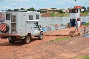 Auffahrt auf die Fähre am Rio Paraguai in Porto Manga