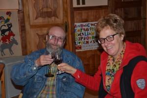 Im Campo Alacaluf: Hausherr Thomas stößt mit Hildegard mit einem Glas Wein an