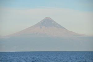Mit Vulkanasche bedeckter Osorno. Auf dem unmittelbar vor dem Ausbruch des Calbuco aufgenommenen Titelbild zeigt er sich dagegen noch in voller Schönheit