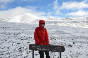 Vulkan Villarica, im Hintergrund rechts neben Hildegards Kopf