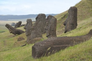Nicht abtransportierte Moais im Steinbruch von Rano Raraku