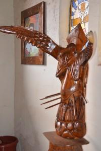 Vogelmann-Figur im Kircheninnern