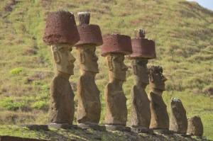 """Ahu Nau Nau, Moais mit """"Hüten"""", die allerdings eigentlich die Haartracht darstellen"""