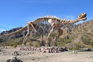Saurier-Nachbildung am Eingang zum Parque Provincial Ischigualasto