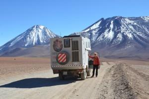 Kurz vor der bolivianischen Grenze auf 4.600 m Höhe, links der Vulkan Licancabur