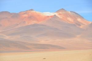 Farbenfrohe Berge neben der Piste