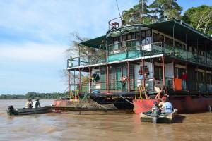 Reina de Enin mit Beibooten auf dem Rio Mamoré