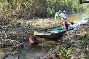 Hier muss Alvaro ins Wasser, um unser Boot wieder flott zu bekommen