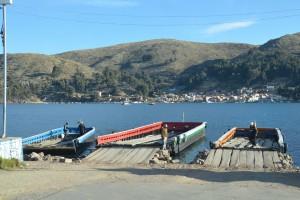 Auf der rechten dieser drei wenig Vertrauen erweckenden Fähren setzen wir in Tiquina über