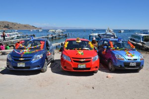 Geschmückte peruanische Fahrzeuge nach der Segnung am Hafen von Copacabana