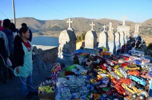 Auf dem Kalvarienberg: Verkauf von imitierten Geldbündeln, Spielzeug-Autos und Spielzeug-Häusern, die sowohl bei schamanistischen als auch katholischen Ritualen eingesetzt werden
