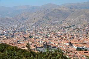 Cusco von Sacsayhuaman aus gesehen, unten in der Mitte die Plaza de Armas