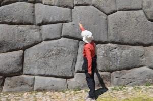 Tonnenschwere, präzise bearbeitete Felsblöcke in der unteren der drei Mauern von Sacsayhuaman
