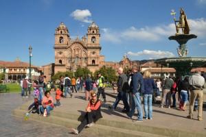 Auf der Plaza de Armas in Cusco, im Hintergrund die Iglesia de la Compañia de Jesús
