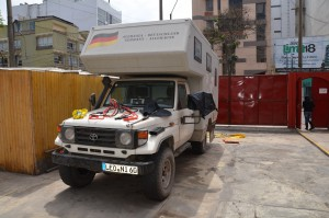 Im Hof des Hitchhikers Backpackers Hotels in Lima-Miraflores trocknen wir den Inhalt des beschädigten Packsackes