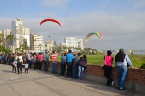 Gleitschirm-Flieger an den Klippen von Lima-Miraflores