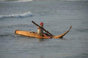 Fischer kehrt mit seinem Caballito de Totora zum Strand zurück.