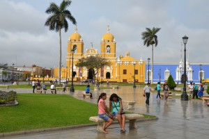 Plaza de Armas in Trujillo mit gelb getünchter Kathedrale