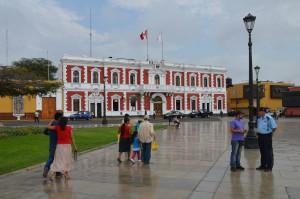 Die Plaza de Armas in Trujillo ist rundherum von typischen Kolonialbauten umgeben.