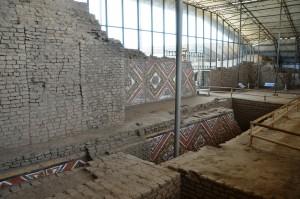 Mit bunten Friesen geschmückte ehemalige Außenwand der Huaca de la Luna, die später überbaut wurde