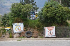 Originelle Schilder, die ein sauberes Ambiente einfordern