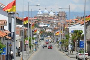 Blick von der Avenida Loja aus auf die Kathedrale von Cuenca