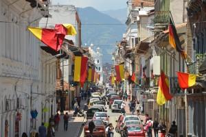 Für die anstehende Unabhängigkeitsfeier am 3. November festlich geschmückte Straße in Cuenca