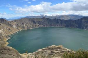 Kratersee Quilotoa mit Vulkan Iliniza im Hintergrund