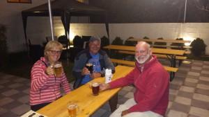 Mit Arie im Biergarten der Páramo-Brauerei. Jeder mit einer anderen Biersorte. Von links nach rechts Kölsch, Stout, Alt