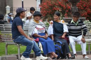 Einheimische auf einer Parkbank in Otavalo