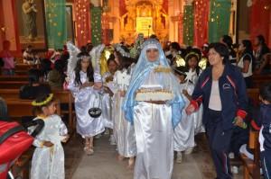 Maria mit dem Jesuskind, gefolgt von Engeln