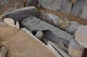 Grab mit phantastisch gearbeitetem steinernen Sarkophag-Deckel in Alto de los Ídolos