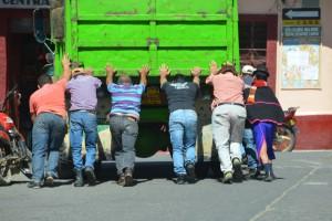 Anschieben eines LKWs in Silvia. Ich bin der 5. von links. Rechts neben mir ein Guambiano in Tracht