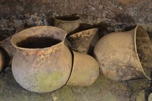Bestattungsurnen in tief in den Fels hinein gemeißeltem Grab