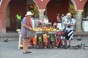 Palenqueras verkaufen Früchte an Touristen