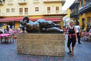 """Vor der """"Liegenden Nackten"""" von Fernando Botero auf der Plaza de Santo Domingo"""