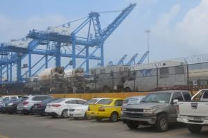 Leoni im Hafen von Colón, noch hinter einem hohen Zaun (Bildmitte, über dem gelben PKW)