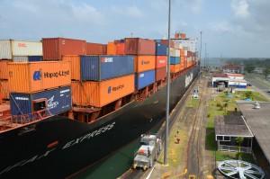 Die Halifax Express fährt in die Gatún-Schleusen ein