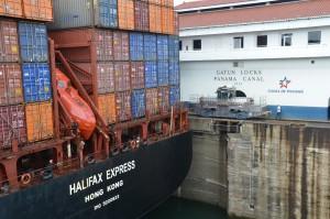 Die Halifax Express passt exakt in die Schleusenkammer von Gatún hinein