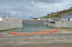 Die neue Schleuse von Gatún ist fast fertig, nur der schmale Durchstich zum Gatún-See im Vordergrund fehlt noch