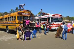Mit Bussen wurden die Badegäste herangekarrt.
