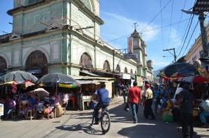 Auf diesem Straßenmarkt kaufen praktisch nur Einheimische ein.
