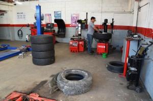 Leoni bekommt neue Reifen. Vorn der zerstörte, links vier der fünf neuen Reifen.